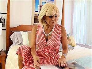 SEXYMOMMA blonde scissoring with experienced stepmom