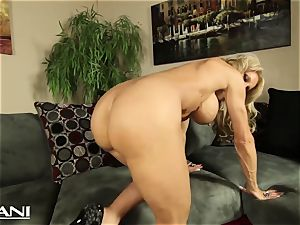 sport stunner fingers her fuckbox and paws her phat clit