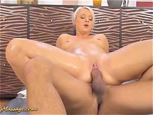 round booty Lilith Lee gives slippery massage