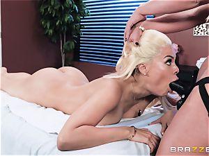 Unorthodox massage methods of cougar Phoenix Marie