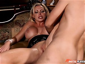 Nikki Benz hammered rock hard in the haunted house